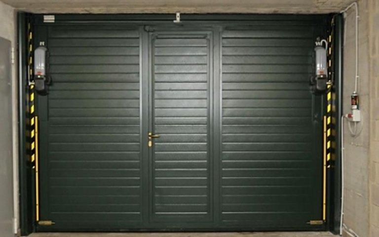 garage chiuso con dispositivi automatici ai lati
