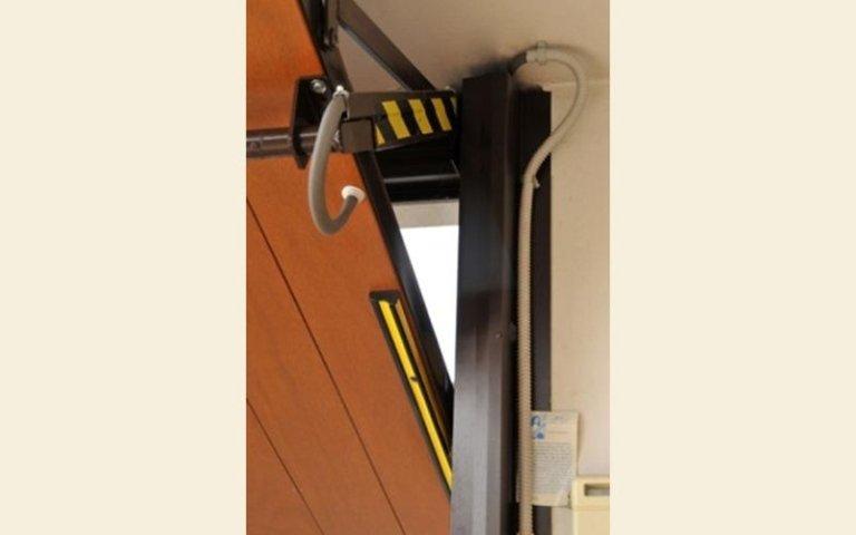 meccanico meccanico per aprire e chiudere la porta del garage