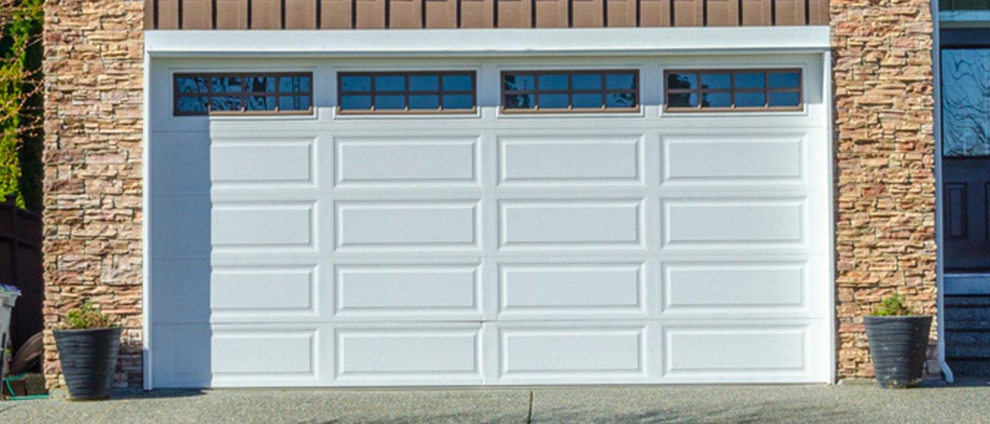 moderna porta di un garage bianco con le finestre