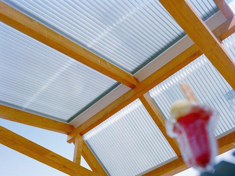 Una tettoia in plexiglass sorretta da una struttura in legno