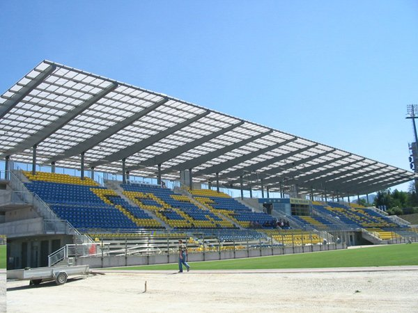Un grosso tetto in plexiglass in uno stadio