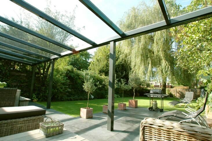 Una tettoia in plexiglass trasparente sorretto da struttura di color verde
