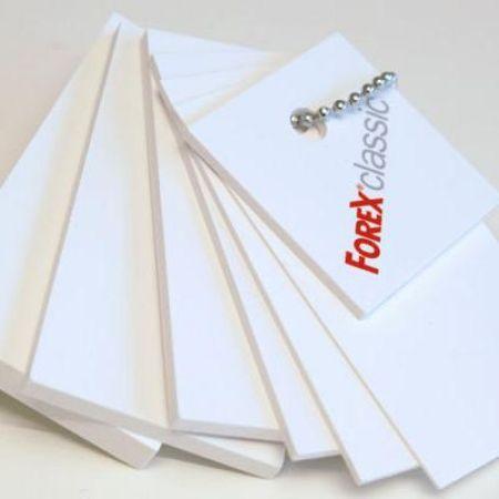 Dei campioni delle lastre di color bianco con scritto Forex Classico