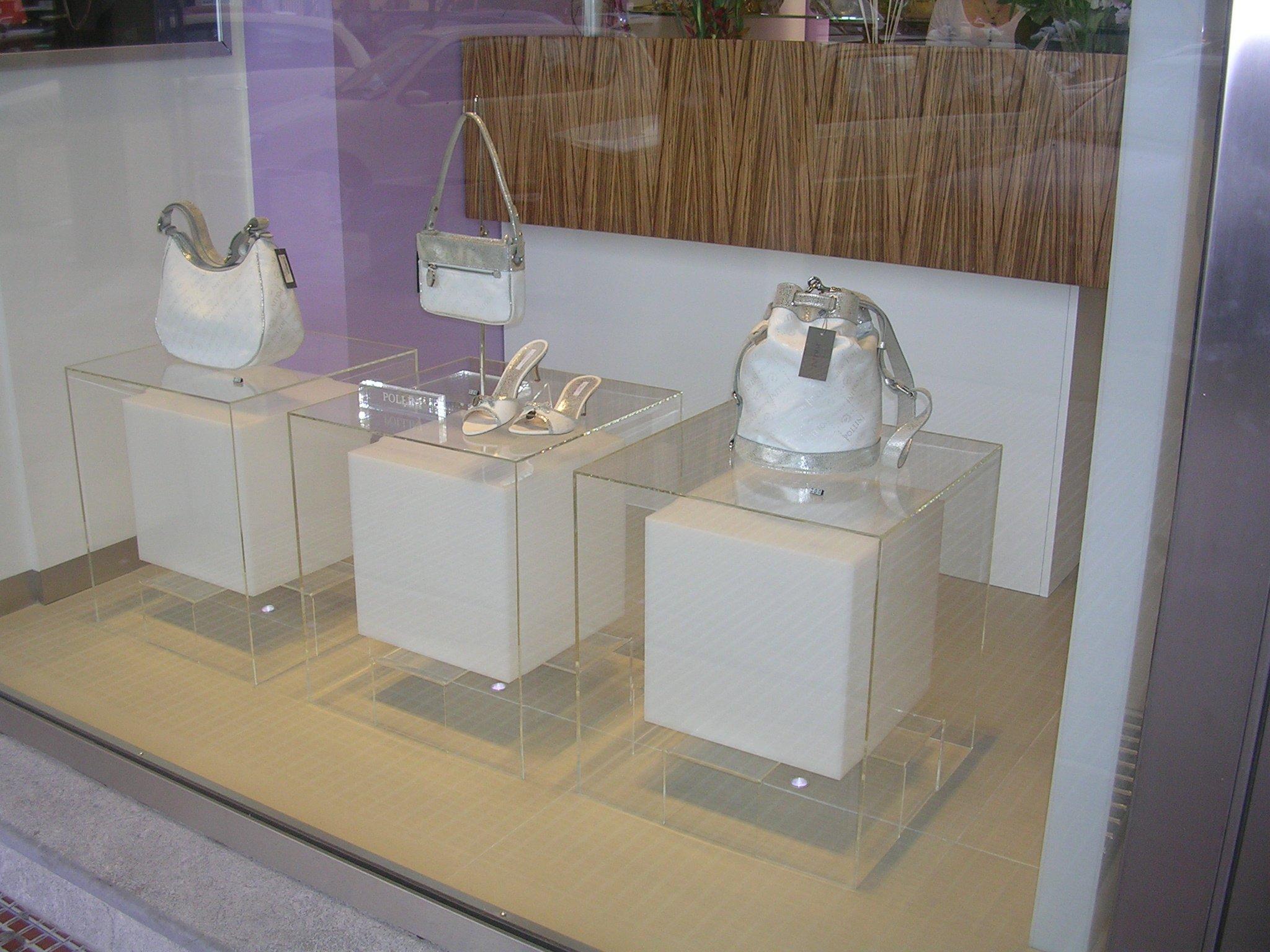 Un vetrina con delle borse di color bianco