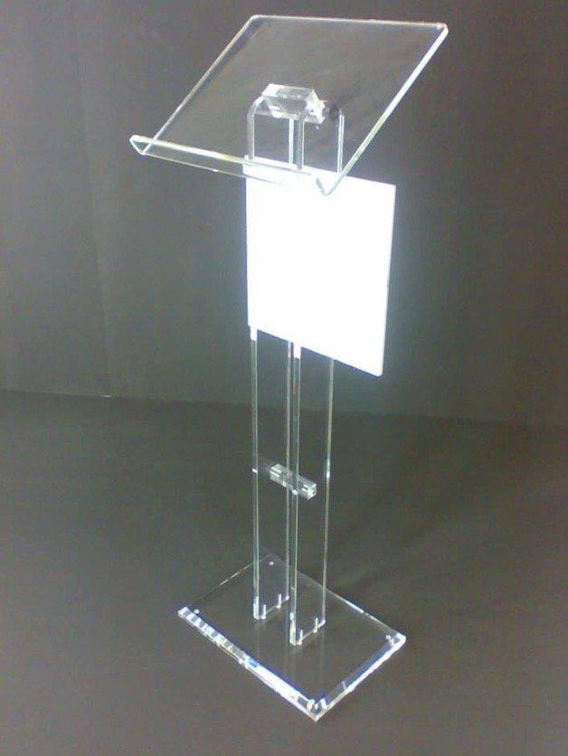 Uno stand in plastica trasparente