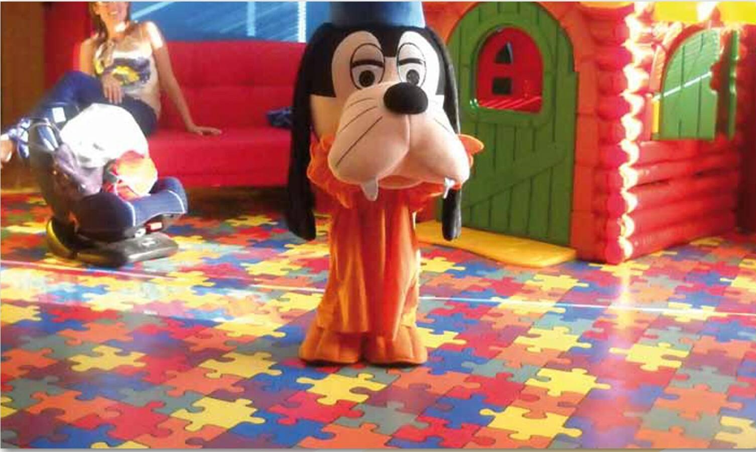 Un bambino con un costume di pippo
