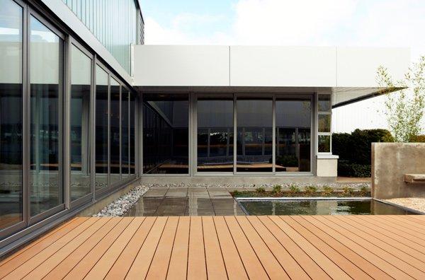 Una piscina e una passerella in legno