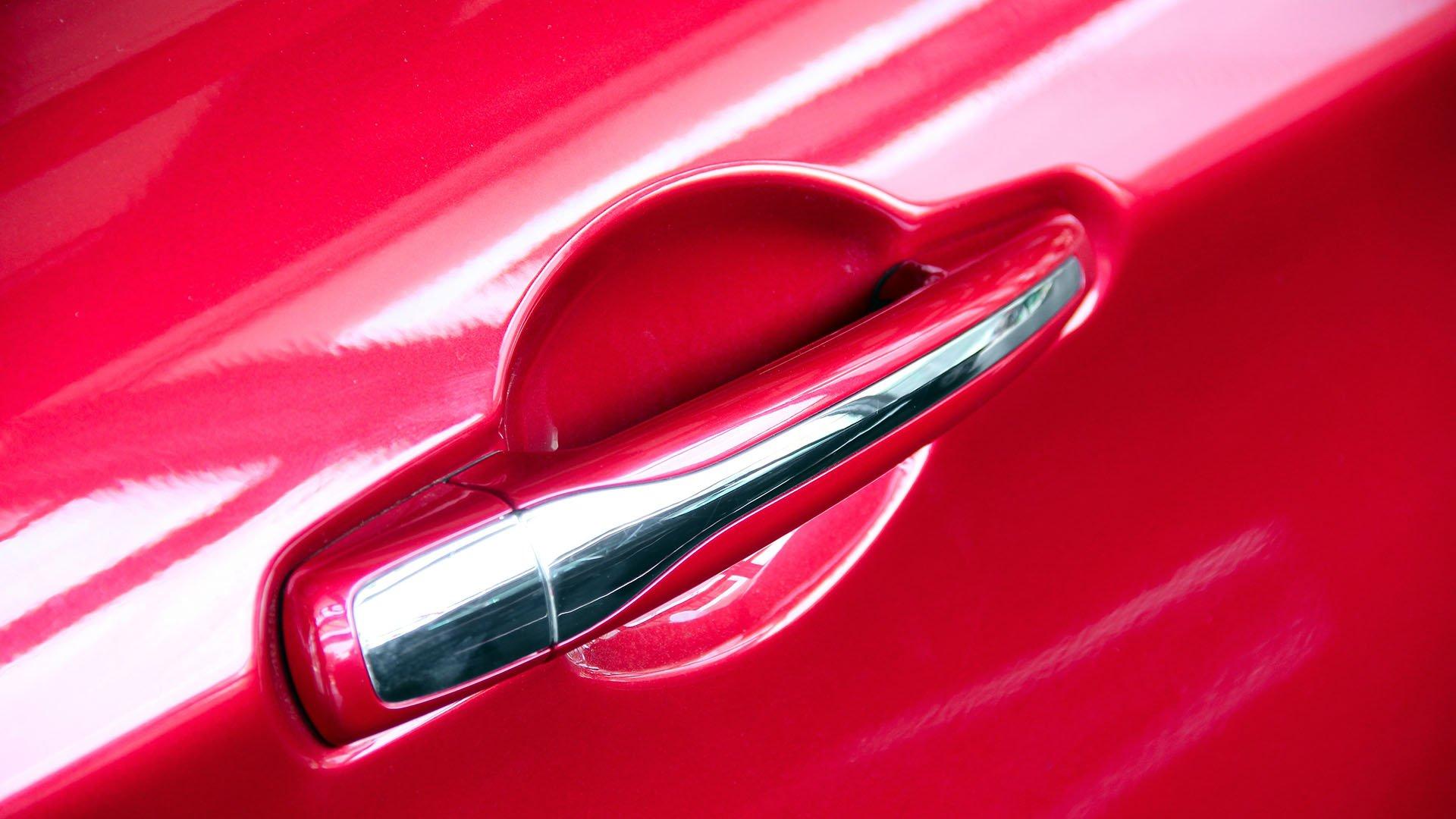maniglia portiera di un auto rossa