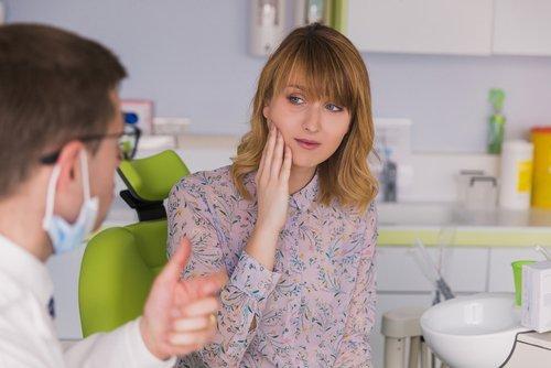 dentista parla con una paziente