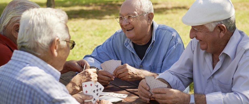 Anziani che giocano a carte alla Casa di riposo Home Garden a Palermo