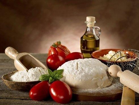 I nostri pizzaioli preparano a mano gli impasti per la pizza, con farine classiche o speciali.