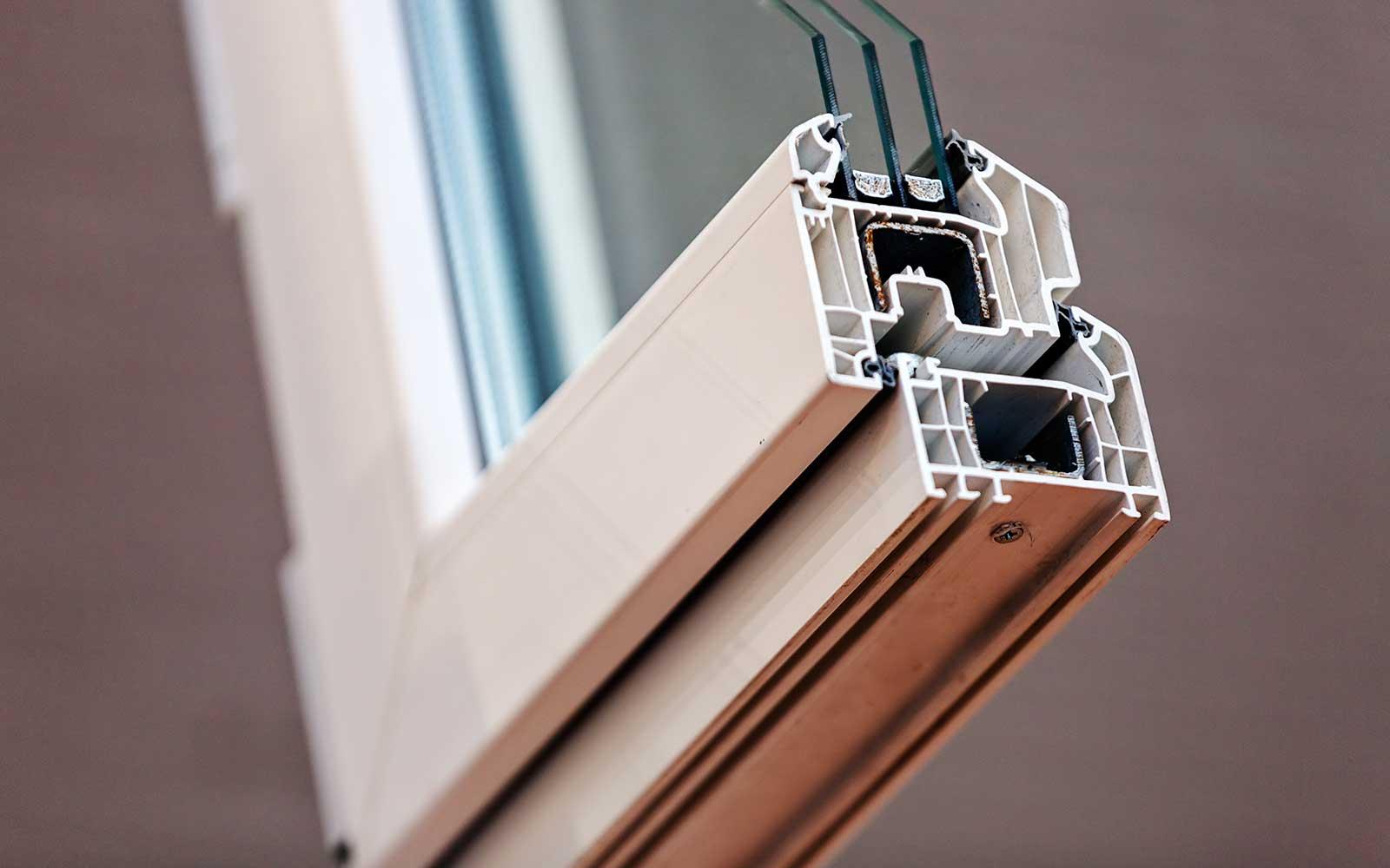 un angolo di una finestra in PVC di color bianco