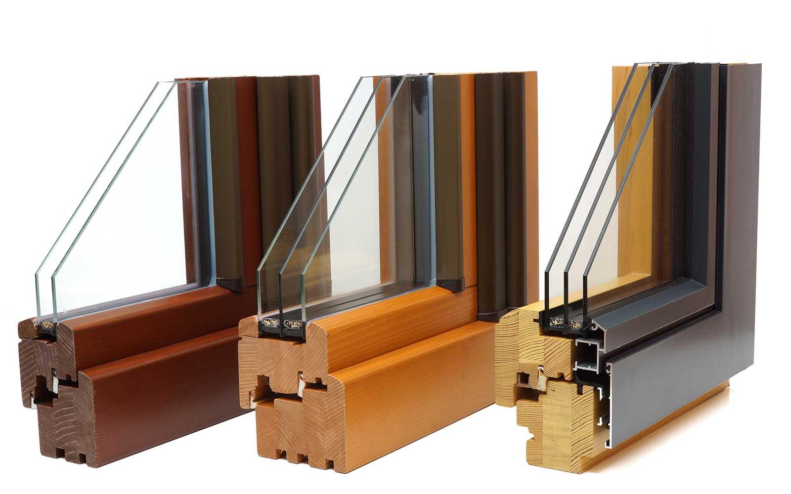 gli angoli delle finestre in legno in tre diversi colori