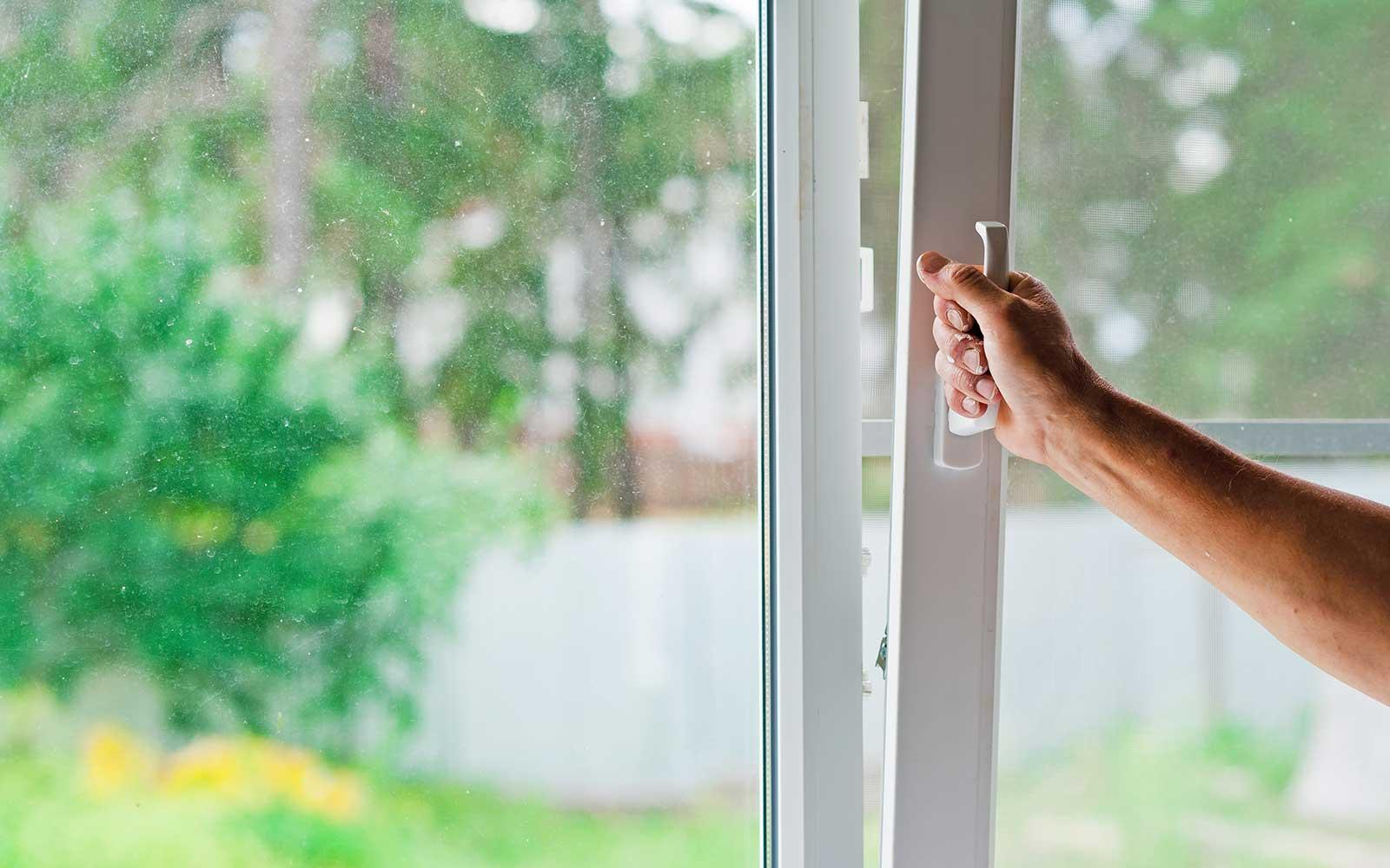 una mano che apre una finestra