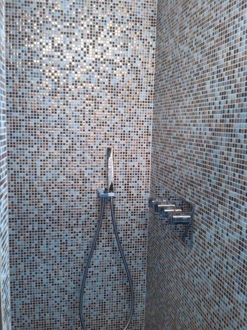 Tipologia di doccia semplice, sempre con elegante disegno a mosaico.