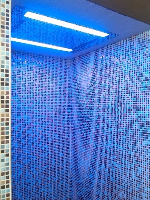 Elegante doccia a mosaico dal design moderno ed elegante, montaggio effettuato presso un nostro cliente.