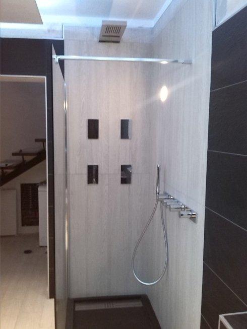 Linee semplici ed essenziali con box in vetro per un altro nostro cliente