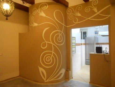 Colonna e parete decorata