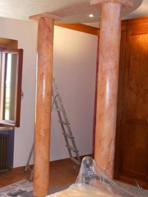 Colonne decorate effetto marmo
