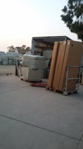 bancali imballati dentro un furgone per traslochi