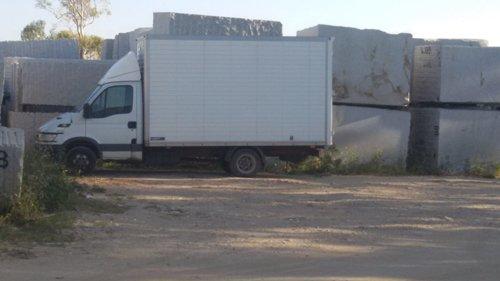 vista laterale di un camion per traslochi