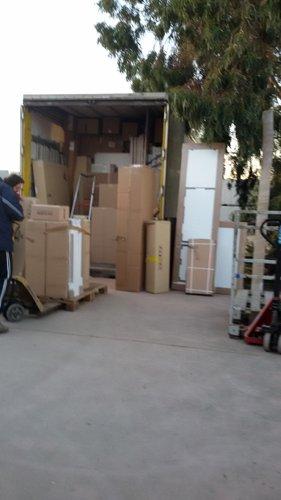 furgone aperto con scatoloni