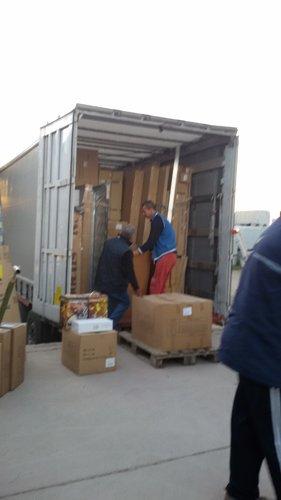 operai sollevano uno scatolone