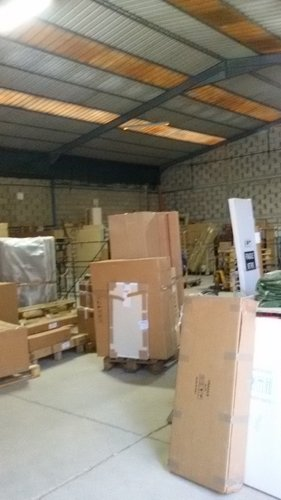 magazzino con  scatoloni