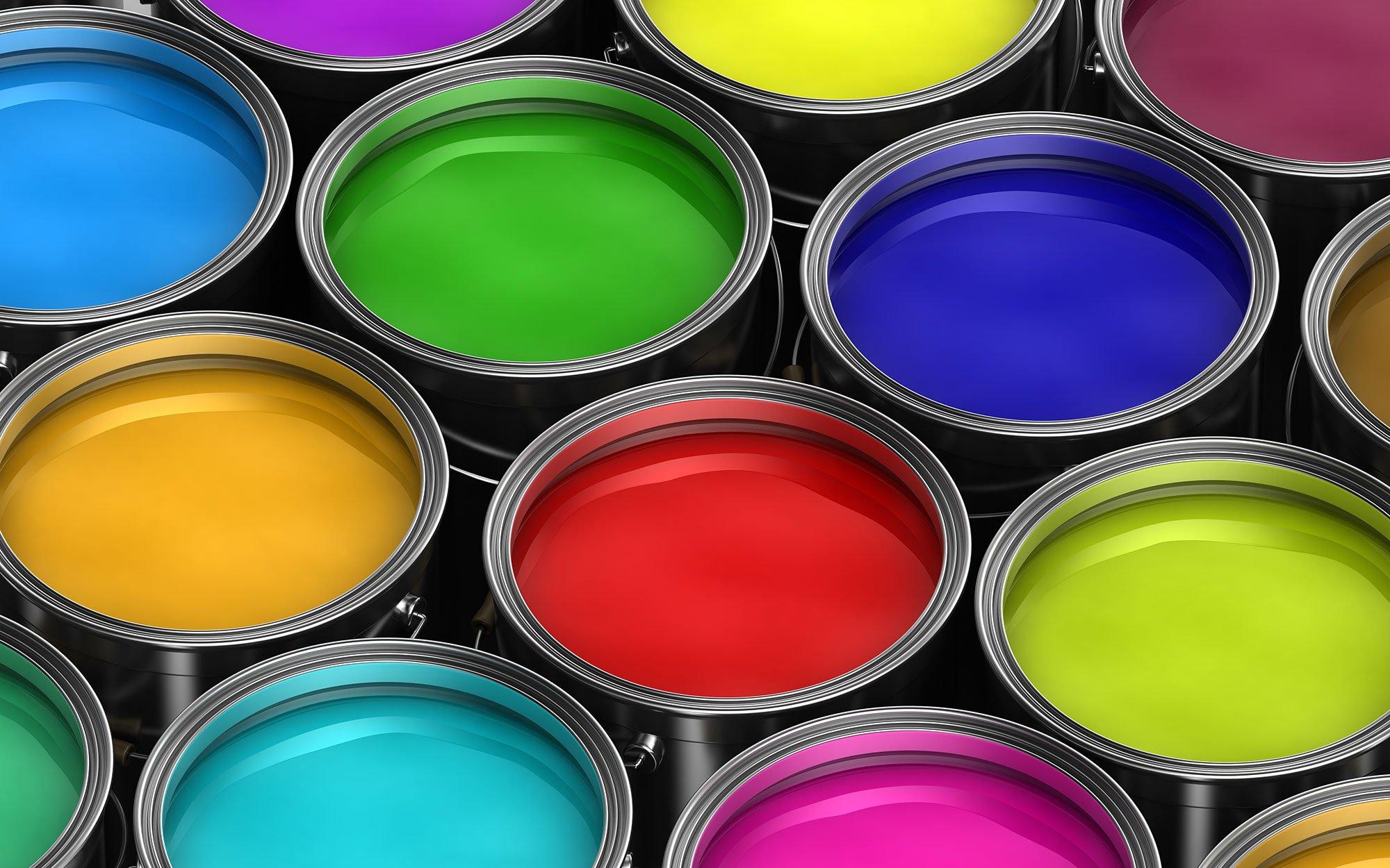 Barattoli di vernice di vari colori a Cherasco