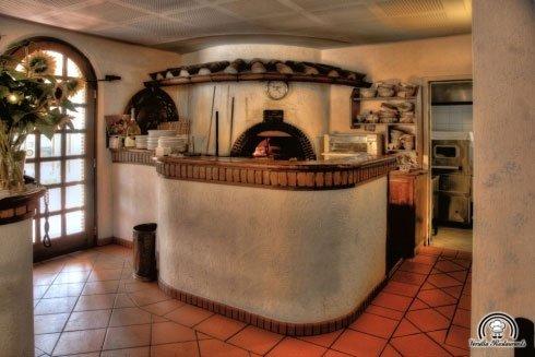 Un forno in legno all'interno di un ristorante