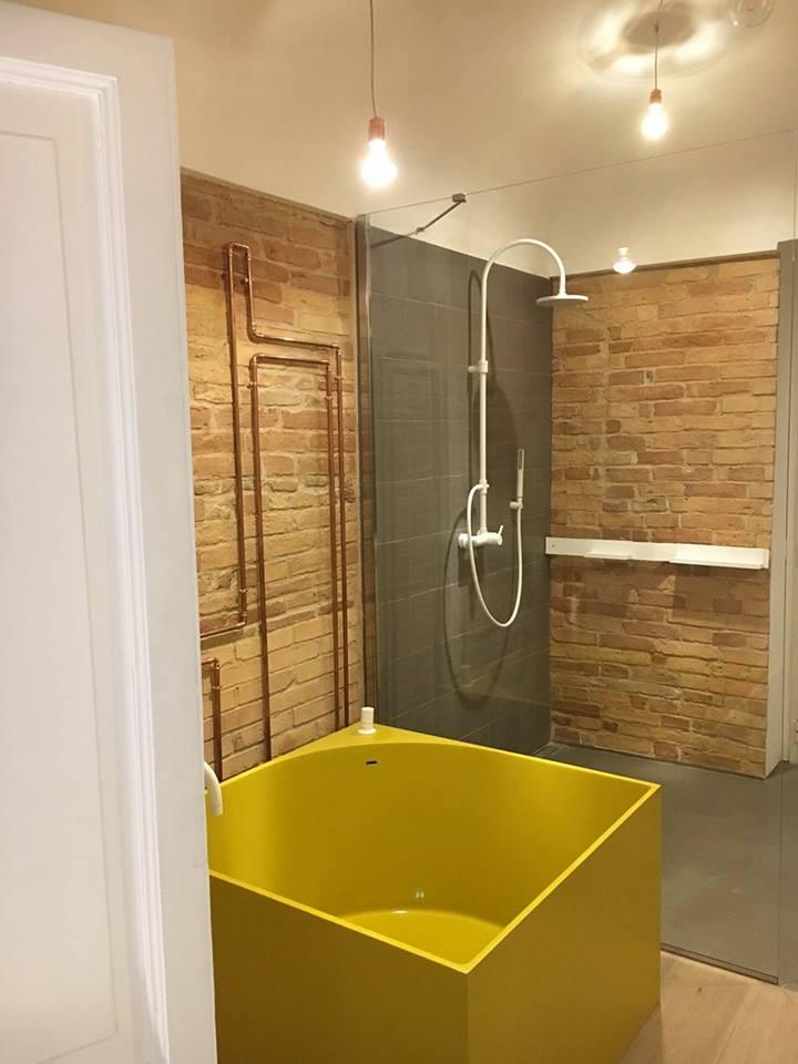 bagno con vasca gialla