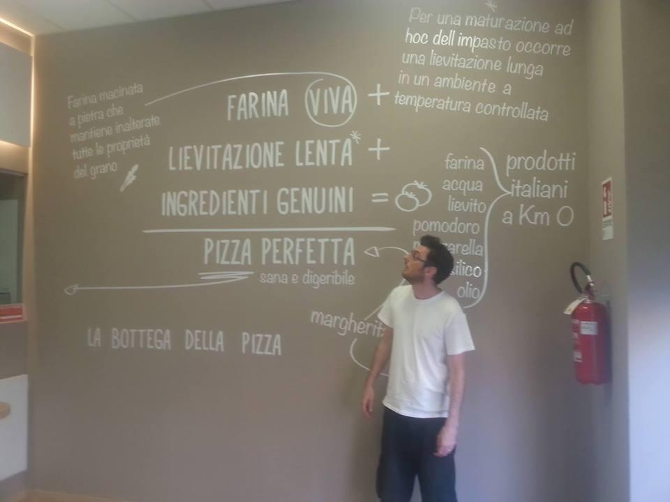 parete decorata con copy promozionale