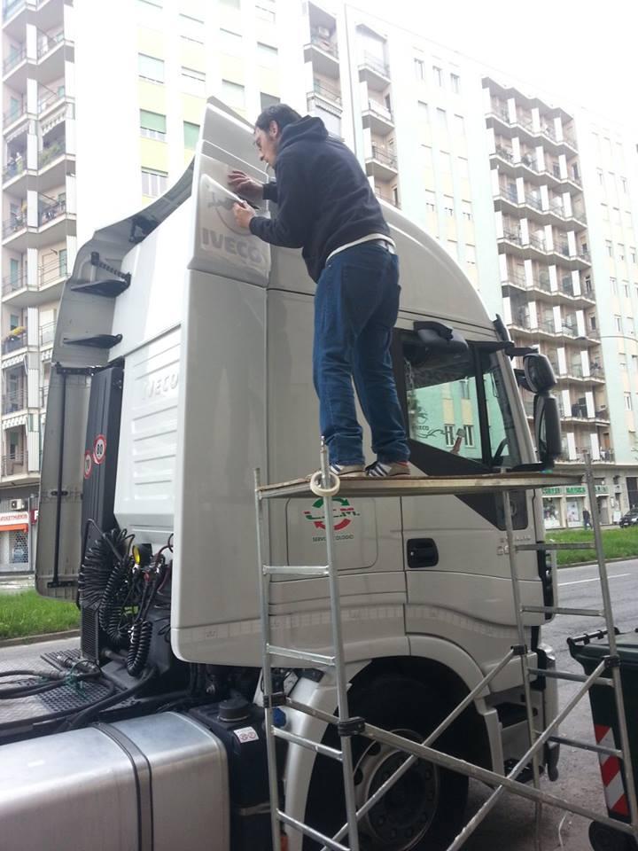 uomo che dipinge camion