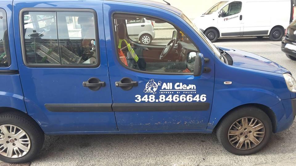 furgoncino con adesivo personalizzato