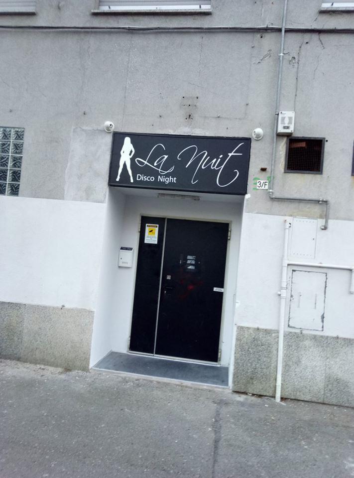 ingresso di un disco bar con insegna bianca e nera
