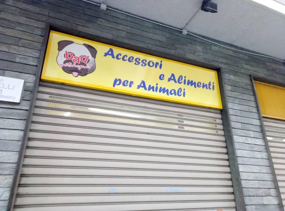insegna di negozio di accessori e alimenti per animali