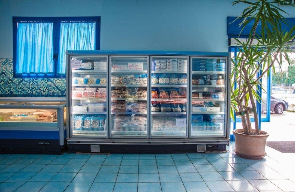 Un frigo con delle confezioni di pesce