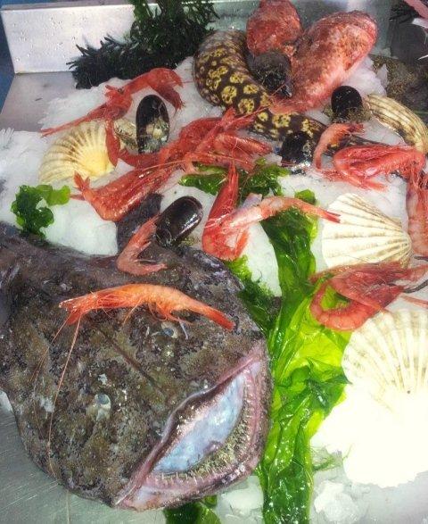 Un pesce di mare e  altri crostacei