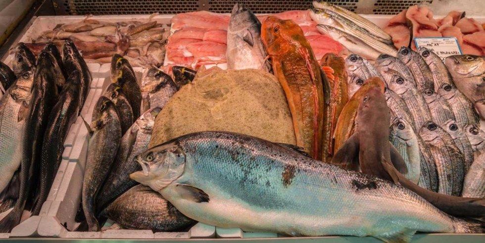 Vari tipi di pesce in una pescheria