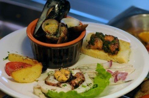 Guazzetto bianco di cozze e vongole, crostino di inzimino, alici marinate con cipolla di tropea e insalatina di mare con polpi,seppie e cozze
