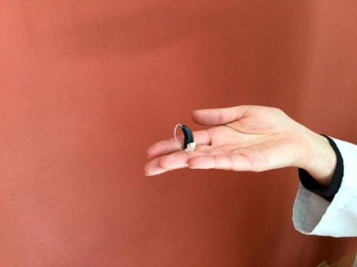 mano con un apparecchio acustico
