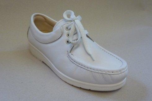 Modello di scarpe bianche con stringhe.