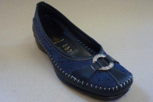 Esempio di scarpa bassa da donna.