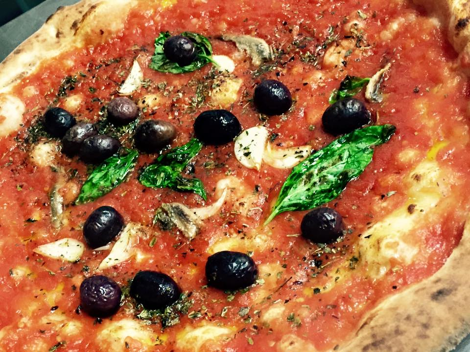 una pizza marinara con le olive taggiasche