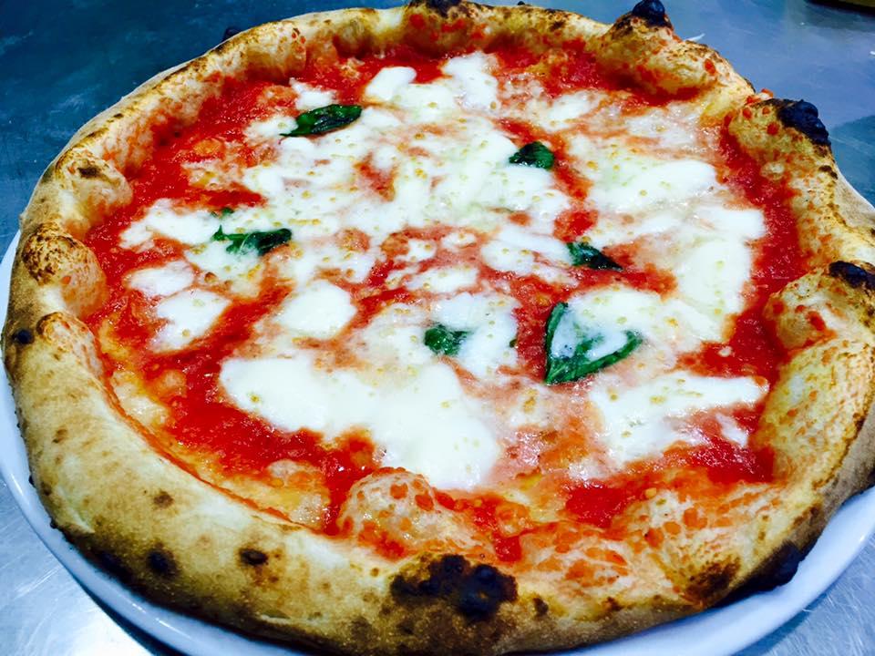 un piatto di pizza