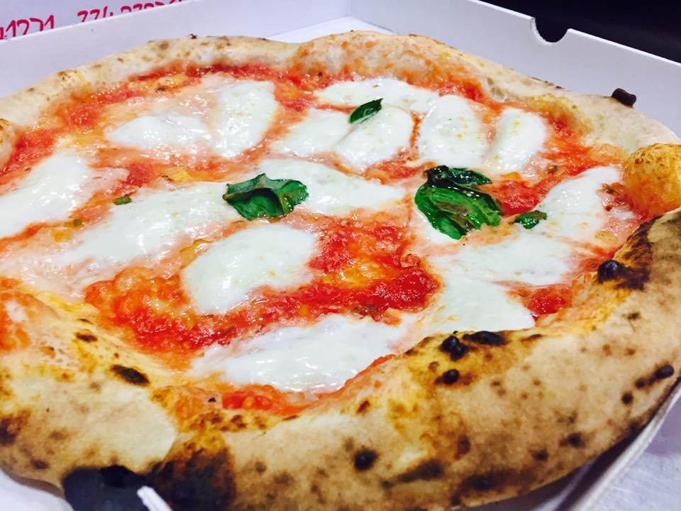 una scatola con dentro una pizza