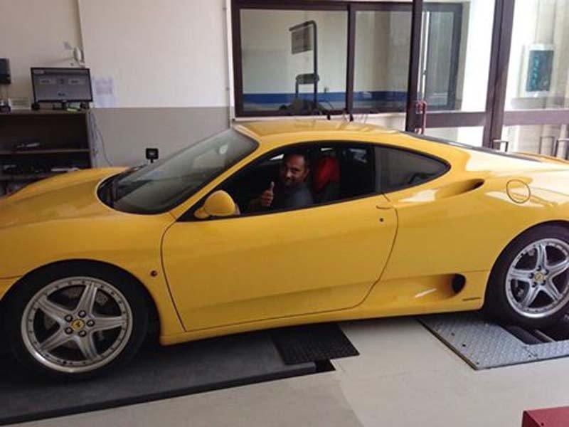 vista laterale di un auto gialla