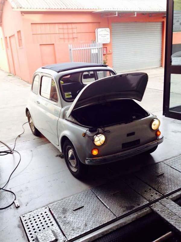 Auto con coperchio anteriore aperto