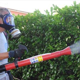 operaio con maschera protettiva durante una disinfestazione