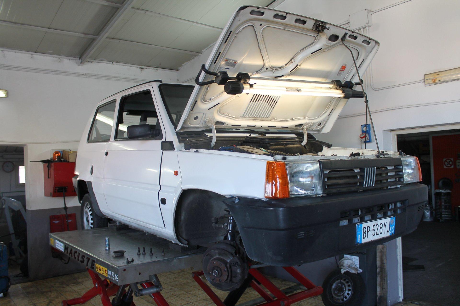 una macchina con un cofano aperto